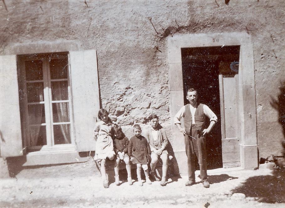 1920-22 la forge ephrem le forgeron, charles, l'aîné, marcelle, gilbert, paul, le benjamin