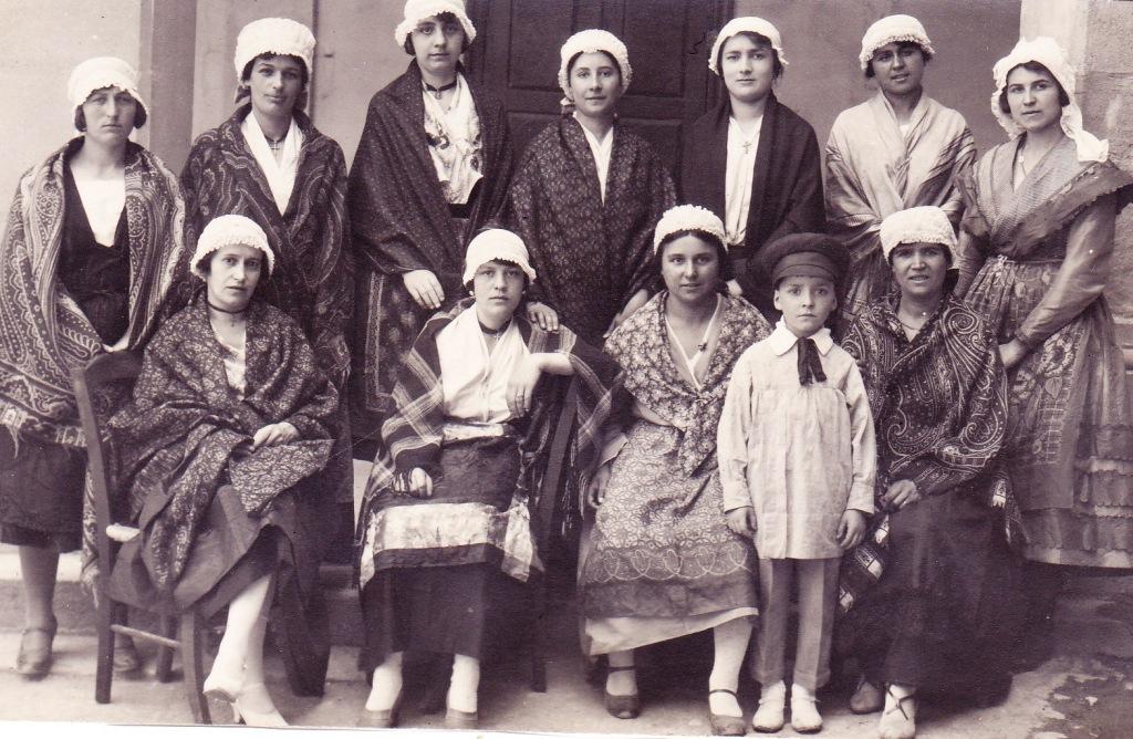 Cette image a un attribut alt vide; le nom du fichier est groupe-de-riveloises-bimillenaire-de-la-cite-carcassonne-1928-1.jpg